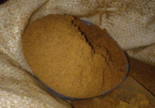 О кормовых добавках для кур несушек и цыплят (сколько давать мела, рыбьего жира)
